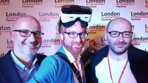 Peinlicher Kopfschmuck, aber praktisch: Über die VR-Brille zeigen wir unseren 3D-Teaser. (links Marc Minneker, ifs, rechts Dennis Todorovic)