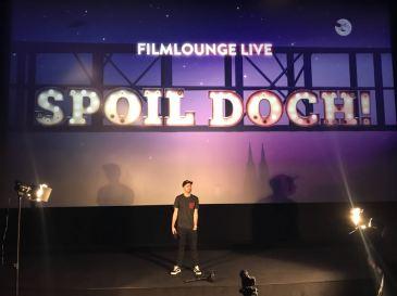 SPOIL DOCH! – Am 19. April feiert die Bühnenshow SPOIL DOCH!, zu der ich das Skript verfasst habe, im Filmpalast Köln Premiere. Resttickets gibt es hier: https://www.cineplex.de/film/spoil-doch-filmlounge-live/352468/koeln/